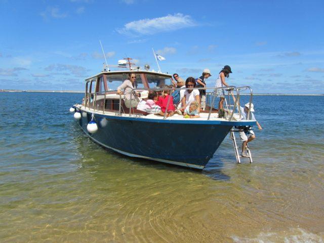 bateau avec pilote pour groupe debarquement de passagers à arguin